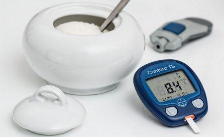 Glucómetro con alerta de hipoglucemia y almacenamiento de información para personas mayores