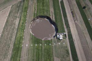 Vista aérea del socavón que se ha abierto en unas tierras de cultivo en Santa María Zacatepec, Puebla, el 1 de junio de 2021.