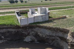Vista aérea del socavón que se ha abierto en unas tierras de cultivo en Santa María Zacatepec, Puebla, el 1 de junio de 2021. El agujero está a punto de engullir una casa.